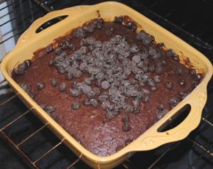 チョコチップを乗せたケーキ