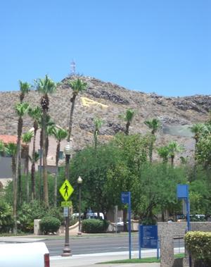 大学のシンボルAの丘