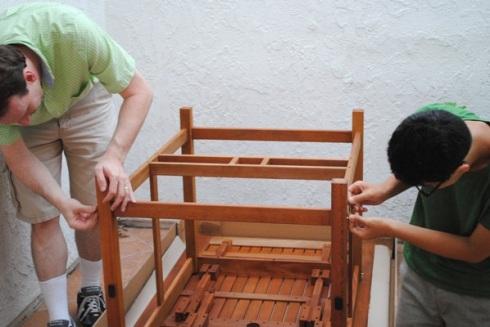 テーブルを組み立てる父子