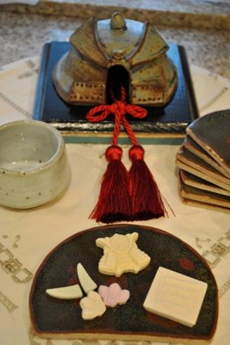 陶器の兜と祝いの干菓子
